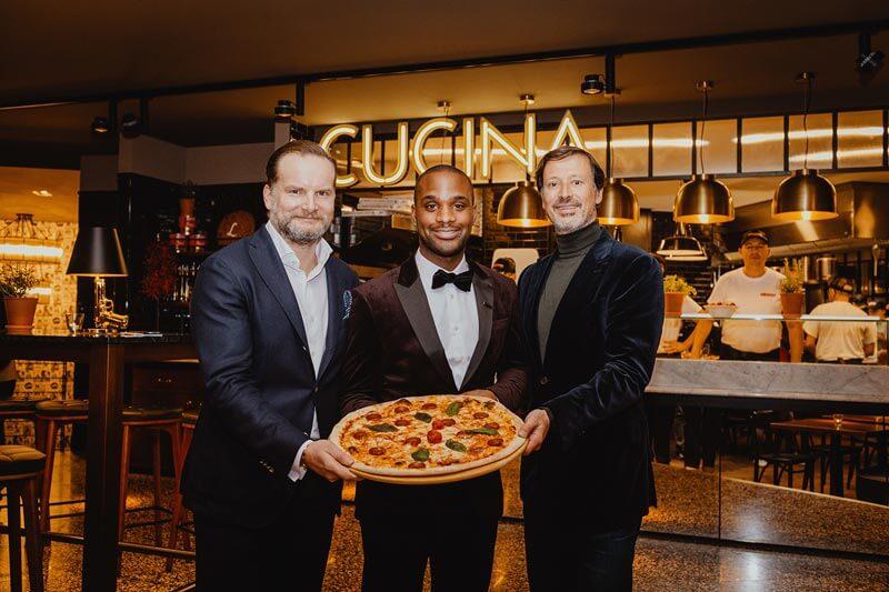 Mirko Silz mit Restaurant-Mitarbeitern bei der Eröffnung der 100. Filiale.